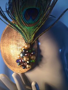 tocado con base de sinamay plumas de pavo real