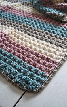 Patroon van een gehaakte deken van Stylecraft Weekender | Zelf aan het haken met Zeeman Julia (80% acryl/20%wol; 100g/ 170m; nld 7-8), kleurnummers; 80 (lichtgrijs), 50 (zachtgroen), 01 (creme) en 30 (roze) en haaknaald 8mm (opzetrand met 10mm)