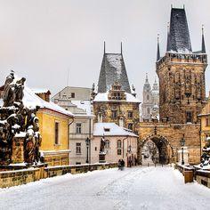 Kış manzaralarının muhteşem fotoğraf kareleri yarattığı Prag'da sömestr tatiline ne dersiniz? 199 €'dan başlayan fiyatlar için; bit.ly/MNGTurizm-prag-turu-s Rive Nord, Barcelona Cathedral, Mansions, House Styles, Building, Travel, 10 Days, Prague, Viajes