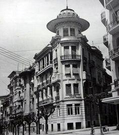 THESSALONIKI - GREECE(Old Photos) Οικία Πανά Στρ. Καλλάρη ( Γ. Μανούσος, 1924) Στη γωνία με την οδό Λώρη Μαργαρίτη με τον χαρακτηριστικό τρούλο στην κορυφή, που συναντάμε σε αρκετά κτίρια στη Θεσσαλονίκη στέγαζε μεταπολεμικά τα γραφεία και τη βιβλιοθήκη της CIA. Old Pictures, Old Photos, Old Greek, Uni Life, Thessaloniki, Macedonia, Nymph, Ghosts, Greece