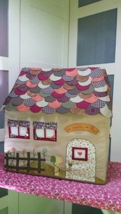 Sewing Doll Clothes, Sewing Dolls, Sewing Box, House Quilts, Fabric Houses, Featherweight Sewing Machine, Felt House, Quilted Gifts, Shabby Chic Crafts