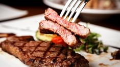 Ψήσου.   HEALTH DIARY   BOVARY   ΜΠΡΙΖΟΛΑ, ΖΟΥΜΕΡΗ ΜΠΡΙΖΟΛΑ, ΚΡΕΑΣ, ΠΩΣ ΝΑ ΨΗΣΕΙΣ ΤΟ ΚΡΕΑΣ How To Cook Beef, How To Grill Steak, Beef Steak, Flank Steak, Steak Kabobs, Steak Fajitas, Steak Recipes, Grilling Recipes, Steak Cuts