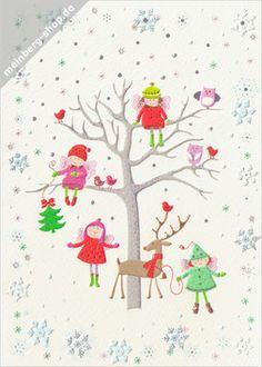 Turnowsky Weihnachtskarte: Wintermotiv mit einem silbergrauen Baum. Vier Engelskinder mit rose Flügeln, Mützen, Stiefeln und Kleidchen spielen im Schnee. Eulen und Vögel sitzen im Baum. Ein Kind ist ganz hinauf geklettert. Unten steht ein Rentier mit rotem Schal, goldenem Geweih und Glöckchen.