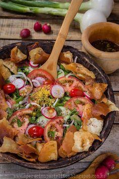 Ensalada arabe con pan tostado o fattoush فتوش Queso Feta, Vegan Life, Paella, Meat, Chicken, Ethnic Recipes, Food, The World, Meals
