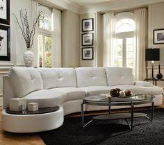 canapé blanc demi lune avec une tablette pratique intégrée