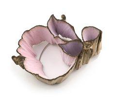 Spilla Things happen in a garden - Flora Vagi - Ungheria - Realizzata in legno di quercia, acciaio e colori acrilici