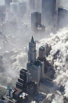 Edificios del Bajo Manhattan, entre ellos, el Woolworth, siendo engullidos por la angustiosa tormenta de polvo producida por el colapso de una de las Torres Gemelas 11 sep de 2001