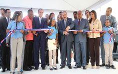 En un acto conjunto, el presidente Danilo Medina entregó las nuevas escuelas que facilitarán el ingreso inmediato de 2,555 estudiantes al nuevo modelo educativo
