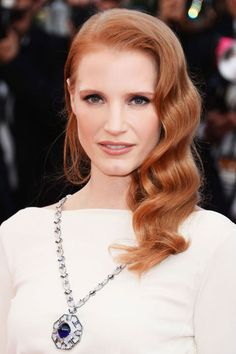 Looks From the Cannes Red Carpet: Jessica Chastain attended the Cleopatra premiere in Cannes, wearing one of her favorite red carpet hairstyles: sideswept waves. Jessica Chastain, Easy Summer Hairstyles, Formal Hairstyles, Wedding Hairstyles, Celebrity Hairstyles, Glamorous Hairstyles, Summer Haircuts, Chic Hairstyles, Pixie