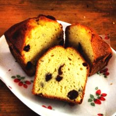 Raisin and cinnamon cake. With milk tea, best partner!! I think so.