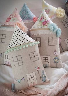 Such cute pillows! Crafts For Girls, Gifts For Kids, Quilting Projects, Sewing Projects, Sewing Kits, Cute Cushions, Ideas Prácticas, Patchwork Cushion, Fabric Houses
