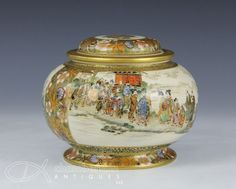 Very fine antique japanese satsuma round covered jar with figures - signed