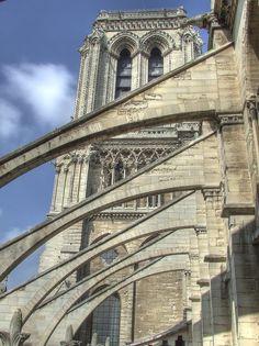 Arbotante: Arco arbotante, elemento estructural exterior con forma de medio arco que recoge la presión en el arranque de una bóveda, trasmitiendo un contrafuerte, o estribo, adosado al muro de una nave lateral
