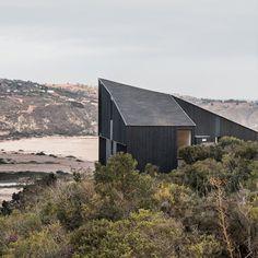 Au Chili, dans la région de Santiago, l'agence WHALE! a imaginé un projet de maison sur un site surplombant une vallée drainant les eaux jusque dans l'océan Pacifique. La maison trône au milieu d'un paysage grandiose vers lequel ses ouvertures c...