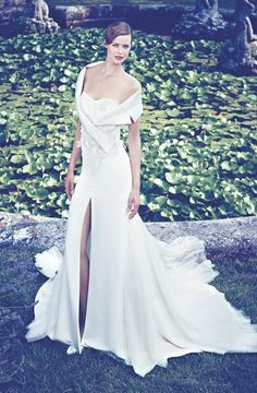 2014 WEDDING DRESS WITH SLIT: This model of the collection 2014 Giuseppe Papini has a gap that shows off your legs.