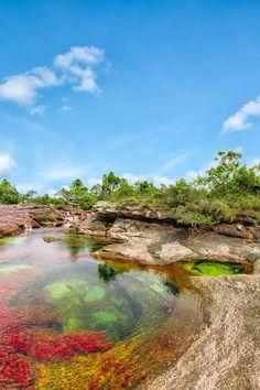 Esas aguas, de tal pureza que permiten ver el fondo y toda la magia que encierra este hermoso río, corren hacia el río Guayabero recogiendo a su paso innumerables brazuelos de las sabanas rocosas de la Sierra.