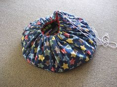 Toy bag opens to toy mat! Sewing Patterns For Kids, Sewing For Kids, Sewing Hacks, Sewing Projects, Sewing Tips, Building For Kids, Felt Diy, Baby Crafts, Stuffed Toys Patterns
