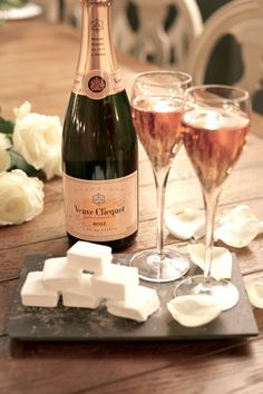 Vogue Eats: Champagne and Marshmallows by Veuve Clicquot. Def have to try this ; Champagne Cocktail, Sparkling Wine, Pink Champagne, Champagne Brunch, Marshmallows, Glace Fruit, Veuve Cliquot, In Vino Veritas, Wine Cheese