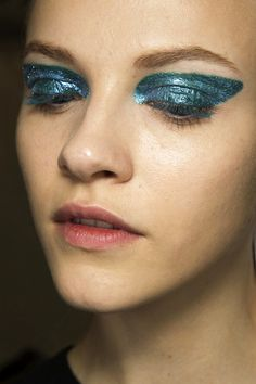 LE FASHION BLOG BACKSTAGE BEAUTY SHIMMERY STATEMENT EYES DIOR FW 2014 SPARKLE SPARKLE SPARKLY GLITTER EYESHADOW PAT MCGRATH THEATRICAL LATEX...