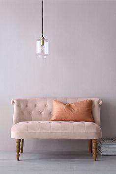 Mystiq-sohva, jonka päällinen polyesterisamettia ja runko puuta. Jalat koivupuuta, etujalat sorvatut. Täyte vaahtomuovia. Kokonaiskorkeus 70 cm, leveys 118 cm, syvyys 67 cm. Istuinsyvyys 50 cm. Istuinkorkeus 41 cm. Toimitetaan koottuna. Paino 20 kg.