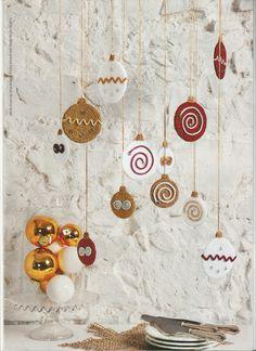 De Carat bandjes met chenilledraad worden tot zigzaglijnen, spiralen en andere sierlijke motieven gevormd en op de gehaakte platte kerstballen vastgenaaid