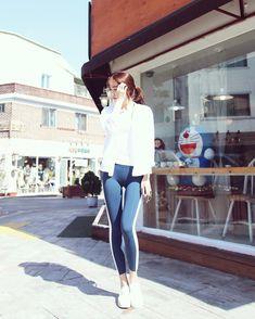 ( *`ω´) ιf you dᎾℕ't lιkє Ꮗhat you sєє❤, plєᎯsє bє kιnd Ꭿℕd just movє ᎯlᎾng. Yoga Pants Girls, Girls Jeans, Sexy Asian Girls, Sexy Hot Girls, Fitness Wear Women, Skinny Girls, Korean Street Fashion, Workout Wear, Beauty Women