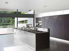 design de cuisine élégant - îlot fonctionnel en noir et blanc, armoires sans poignées noires