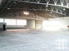 Nave industrial en Alquiler Terrassa - 3108- Nave industrial de 900m² situada en Terrassa.  El inmueble forma parte de un conjunto de naves situadas en un recinto comunitario y se encuentra actualmente en proceso de acondicionamiento a la normativa vigente.  Cuenta con puerta TIR y oficinas acondicionadas.