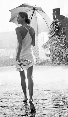 Les femmes irrésistible♥༻ Walking In The Rain, Singing In The Rain, Rain Dance, I Love Rain, Under The Rain, Black White, White Chic, Rain Photography, Beauty Photography