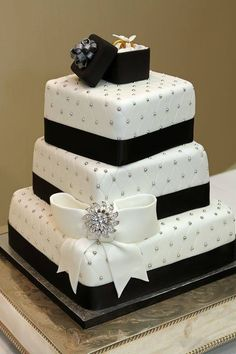 Square Black & White Wedding Cake >Stylish Eve