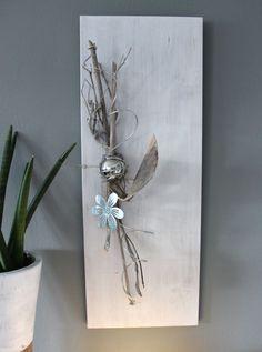 WD88 – Holzbrett weiß gebeizt, dekoriert mit natürlichen Materialien, einer Edelstahlkugel und einer Metallblume! Preis 54,90€ Größe 30x80cm