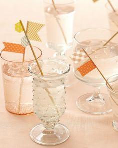 Maak vrolijke vlaggetjes met cocktail- of satéprikkers en maskingtape/washitape voor zomerse drankjes. (Ook leuk op hapjes, blokjes kaas e.d.)