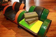 Resultado de imagen para 55 gallon plastic barrel furniture uses Sofa Design, Furniture Design, Drum Chair, Barris, Oil Barrel, Barrel Projects, Man Shed, 55 Gallon Drum, Metal Drum