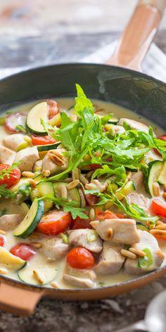 Ein Gericht, das perfekt in den Sommer passt: unsere Hähnchen-Gemüse-Pfanne mit Rucola. Saftig gebratenes Hähnchenfleisch, aromatische Tomaten und Zucchini und garniert mit gerösteten Pinienkernen. So schnell und doch so lecker!