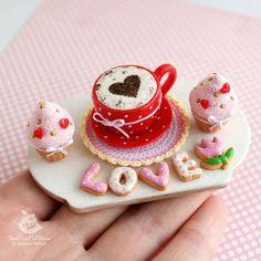 Масштаб 1:6 для куколок покрупнее. Прянички, кексы и чашечка, все в сердечном стиле в преддверии Дня Святого Валентина ❤ конечно, как и многие, я не выделяю этот день, но всё равно есть в нём какое-то притяжение