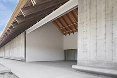 Situado en el lado norte de la carretera de Montauk, el último edificio de los arquitectos suizos Herzog y de Meuron, es una gran estructura horizontal ubicada discretamente en el paisaje.
