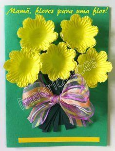 Elaborámos um postal para oferecer à mãe. Com cartolina verde fizemos a base, nela colámos forminhas de papel amarelas para representar...