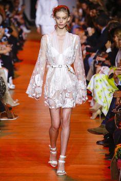 Elie Saab Spring 2019 Couture Fashion Show - Vogue Women's Runway Fashion, Fashion Week, Spring Fashion, Fashion Trends, Women's Fashion, Vogue Paris, Style Couture, Couture Fashion, Elie Saab Bridal