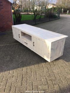 A pallet TV console is one of the best and safest installation for your home which enables you to ensure the security and safety of your expensive device. Pallet steigerhouten TV console that we have decide to recycle today is something exclusively new.