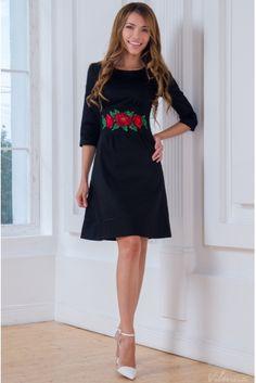 Платье с вышивкой из красных цветов с отделкой черным кантом • черный • купить онлайн • vilenna • фото 1