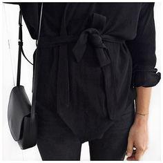 """Audrey på Instagram: """"Les tenues qui te font penser à la prêtesse du all-black aka @laetitiaaa__ ⚫️ (et la luminosité pas top de l'automne qui arrive) #bashparis #mansurgavriel #jbrand"""""""