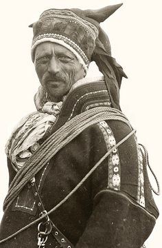 Samisk mann fra Norge, Mikkel Mikkelsen Sara fra Kautokeino ca. Lappland, Old Photos, Vintage Photos, Photo Libre, Arctic Circle, National Geographic, Folk Costume, Costumes, Cultural