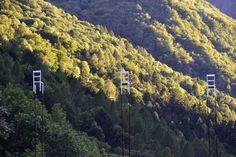 Die Ausstellung openArt präsentiert moderne Skulpturen in der wilden Landschaft der Berge im Süden der Schweiz