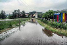 Eine überflutete Straße: Kolmsdorf bei Lisberg (Lkr. BA)