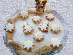 Biscottini natalizi ricoperti con pasta di zucchero Let It Snow, Christmas Time, Sugar, Cookies, Desserts, Food, Tailgate Desserts, Biscuits, Meal