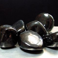 Shungite is a stone of rejuvenation. This mineral is hailed as containing a healing power incomparable to any other. Shungite purifies, protects, normalizes, induces recovery and promotes growth in living organisms. Crystal Magic, Crystal Healing Stones, Stones And Crystals, Minerals And Gemstones, Crystals Minerals, Rocks And Minerals, Chakras Reiki, Mineral Stone, Rocks And Gems