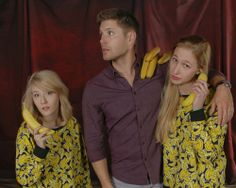 I can think of a lot of things I'd like to do with Jensen Ackles, but putting bananas on his shoulder would not be high on that list! Interesting VegasCon'14 photo op.