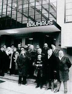 EDIFICIO DE LA BAUHAUS       Es difícil explicar en pocas palabras lo que significó La  Bauhaus  para las Artes Plásticas, la Artesanía ...