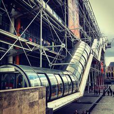 Centro Cultural George Pompidou,Paris (Francia) 1977. Richard Rogers, Renzo Piano. El armazón metálico está formado por 14 pórticos que sostienen 13 tramos con una luz de 48 m cada una, espaciadas por 12,80 m.