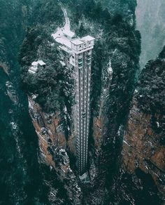 In this amazing park called Zhangjiajie became the first National Forest Park in China. There you can find amazing nature and also the Bailong Elevator: World's tallest outdoor glass elevator. Zhangjiajie, Amazing Buildings, Amazing Architecture, China Architecture, Architecture Design, Places To Travel, Places To See, Scary Places, Glass Elevator